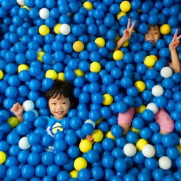 kids-playing-and-having-fun-with-colorful-balls_t20_pY9XyY